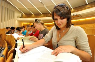 A student in the Main Lecture Theatre (Audimax)