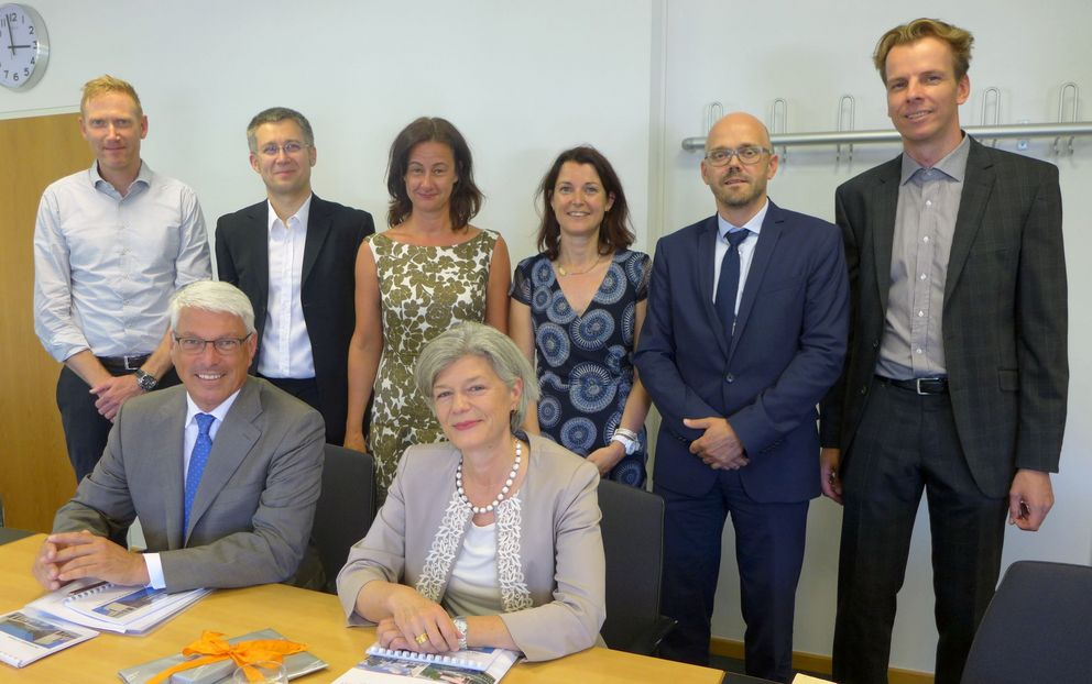 Pictured (front row): Consul General Peter Vermeij and University President Carola Jungwirth. In the back row (from left to right): Prof. Michael Grimm, Prof. Oliver Amft, Vice President Ursula Reutner, Barbara Zacharias (Head of the International Office and Student Services Division), Prof. Christoph Herrmann and Prof. Björn Schuller. Photo: University of Passau