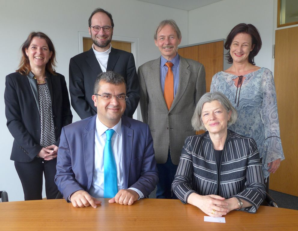 SUPCOM's President Mounir Frikha und University of Passau's President Carola Jungwirth after signing the double degree agreement. Also pictured (background, from left to right): Barbara Zacharias (Head of the International Office and Student Services), Professor Harald Kosch, Professor Joachim Posegga and Vice President Ursula Reutner. Photo: University of Passau