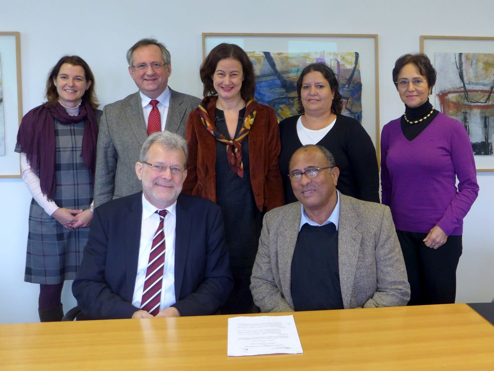 Professor Burkhard Freitag, President of the University of Passau and Dr Lázaro Peña (seated), Barbara Zacharias (Head of the International Office and Student Services Division, rear left), Professor Klaus G. Binder (Hanns-Seidel-Stiftung), Vice President Ursula Reutner, Dr Maday Alonso del Rivero Antigua (Universidad de La Habana) and Diana Fabiola Espejo de Taeschner (interpreter).