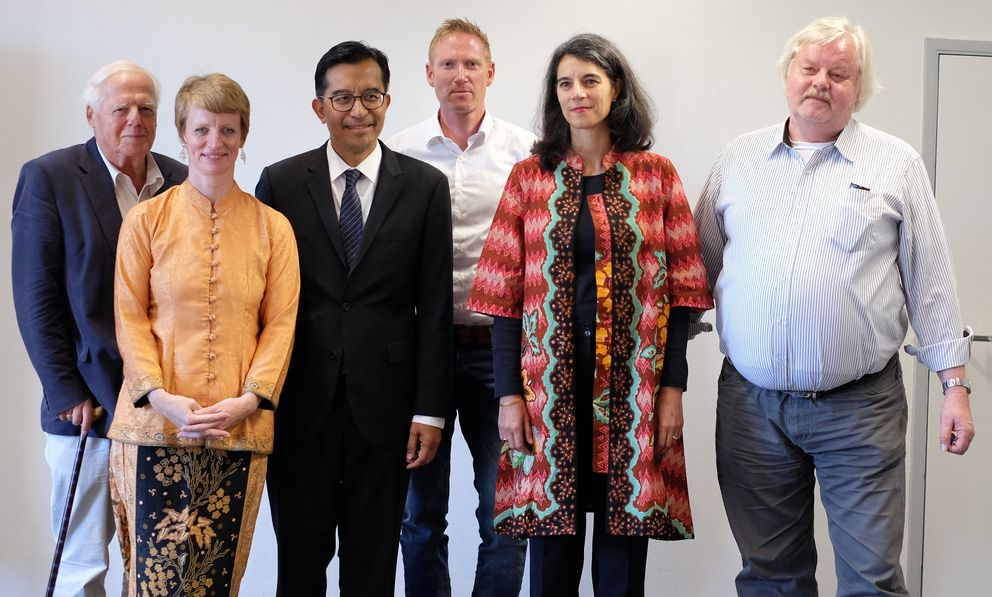 Consul General Soetikno was welcomed by (from right to left) Professors Rüdiger Korff, Martina Padmanabhan, Michael Grimm, Monika Arnez and Bernhard Dahm. Photo: University of Passau