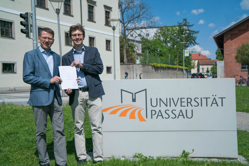Professor Hendrik Hansen, Vice Rector of Andrássy University Budapest and Professor Daniel Göler, Spokesperson for the Department of Governance and Historical Studies at the University of Passau present the partnership agreement.