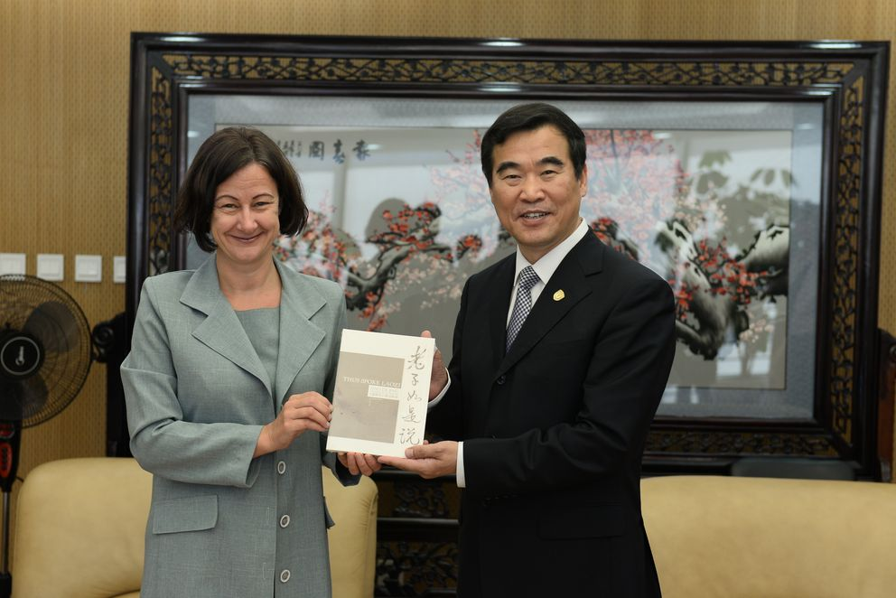 Vice President Ursula Reutner of the University of Passau and Vice President Yan Guohua of Beijing Foreign Studies University at the signing ceremony