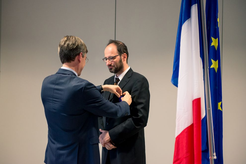 Consul General Jean-Claude Brunet bestows the medal on Professor Harald Kosch