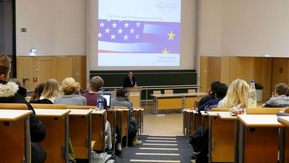 Phil Bednarczyk delivering a lecture at the University of Passau in December 2018.